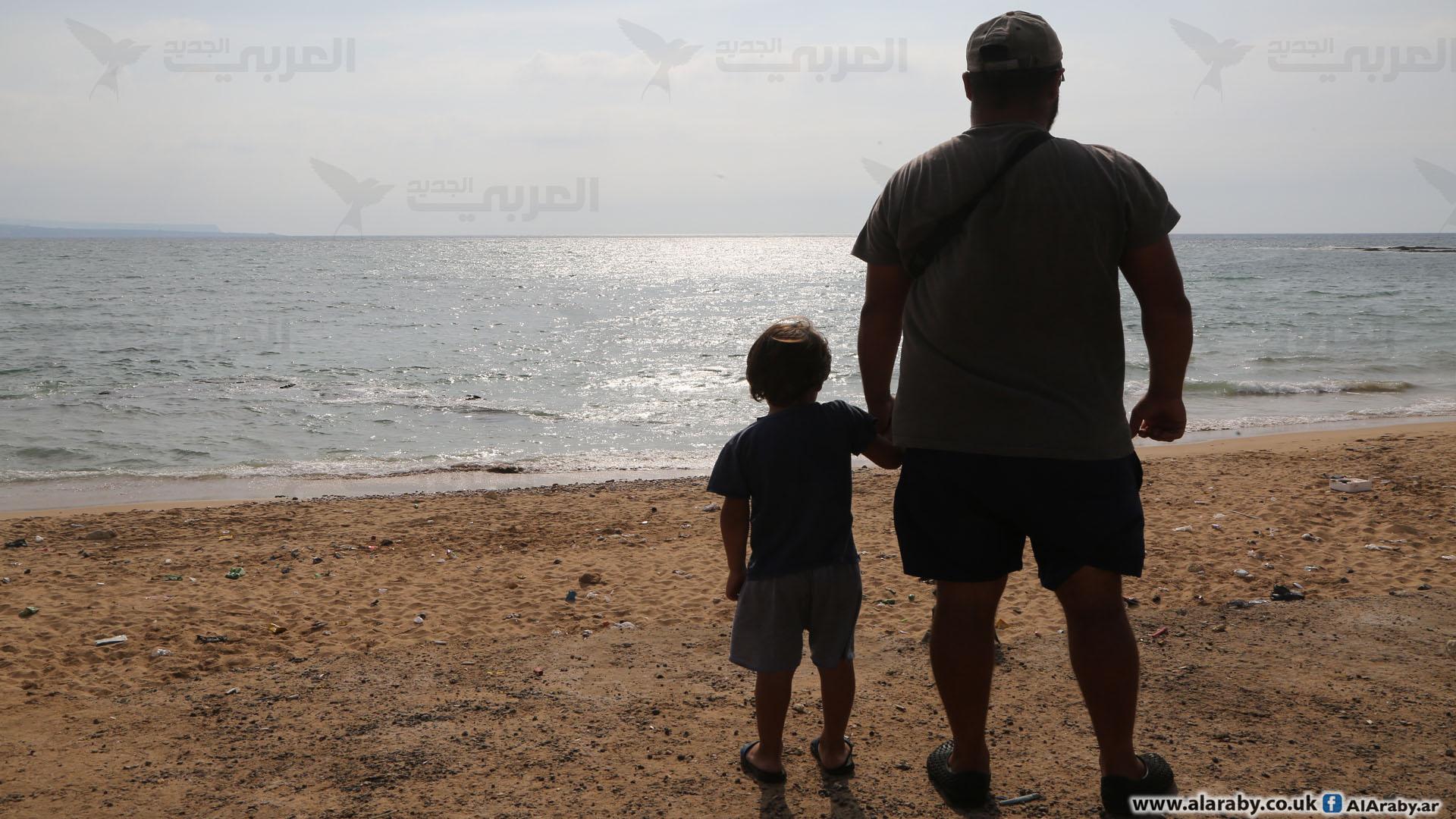 يعبر المهاجرون الناجون عن يأسهم (حسين بيضون)