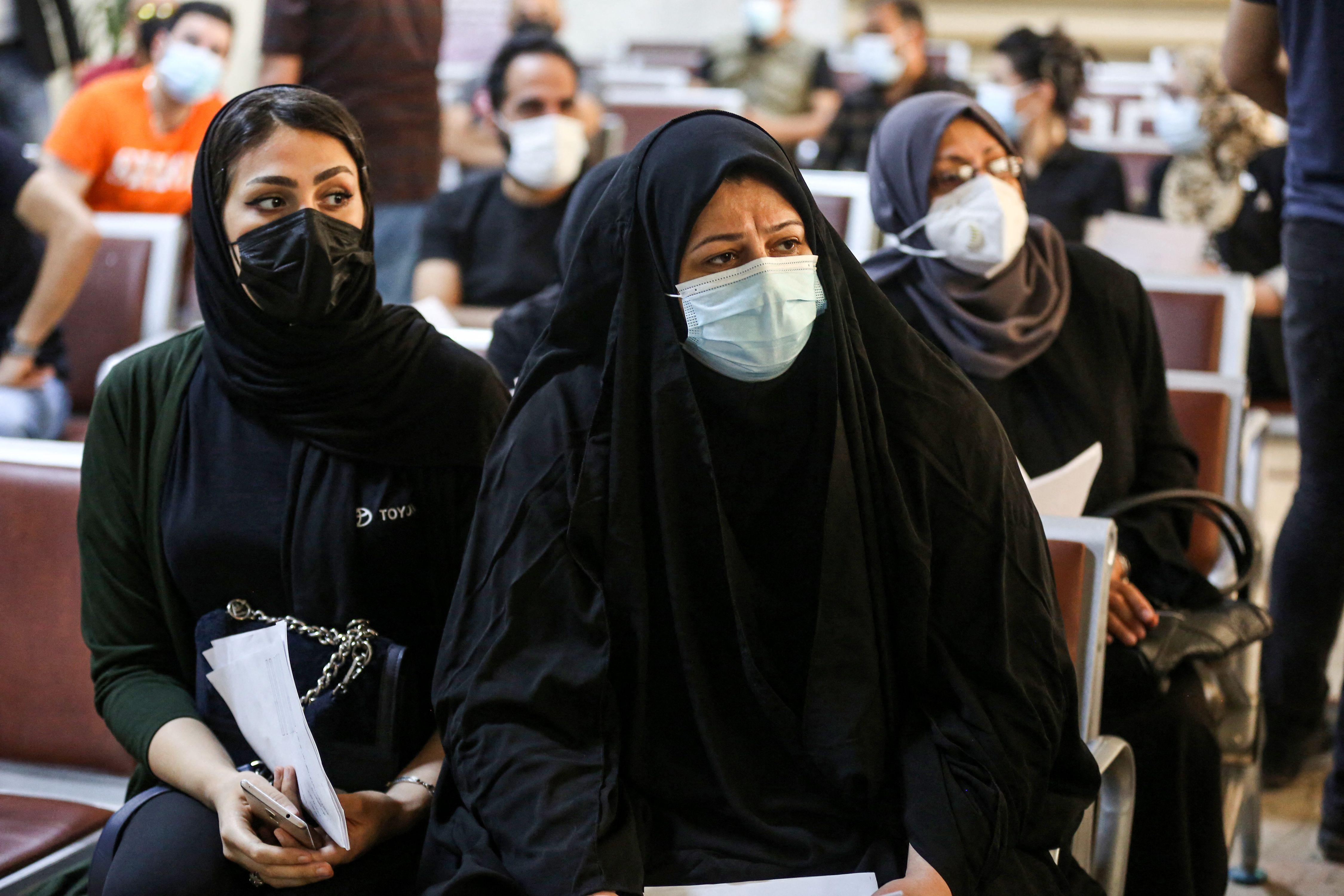 ينتظرن أدوارهن للحصول على اللقاح (أحمد الربيعي/ فرانس برس)