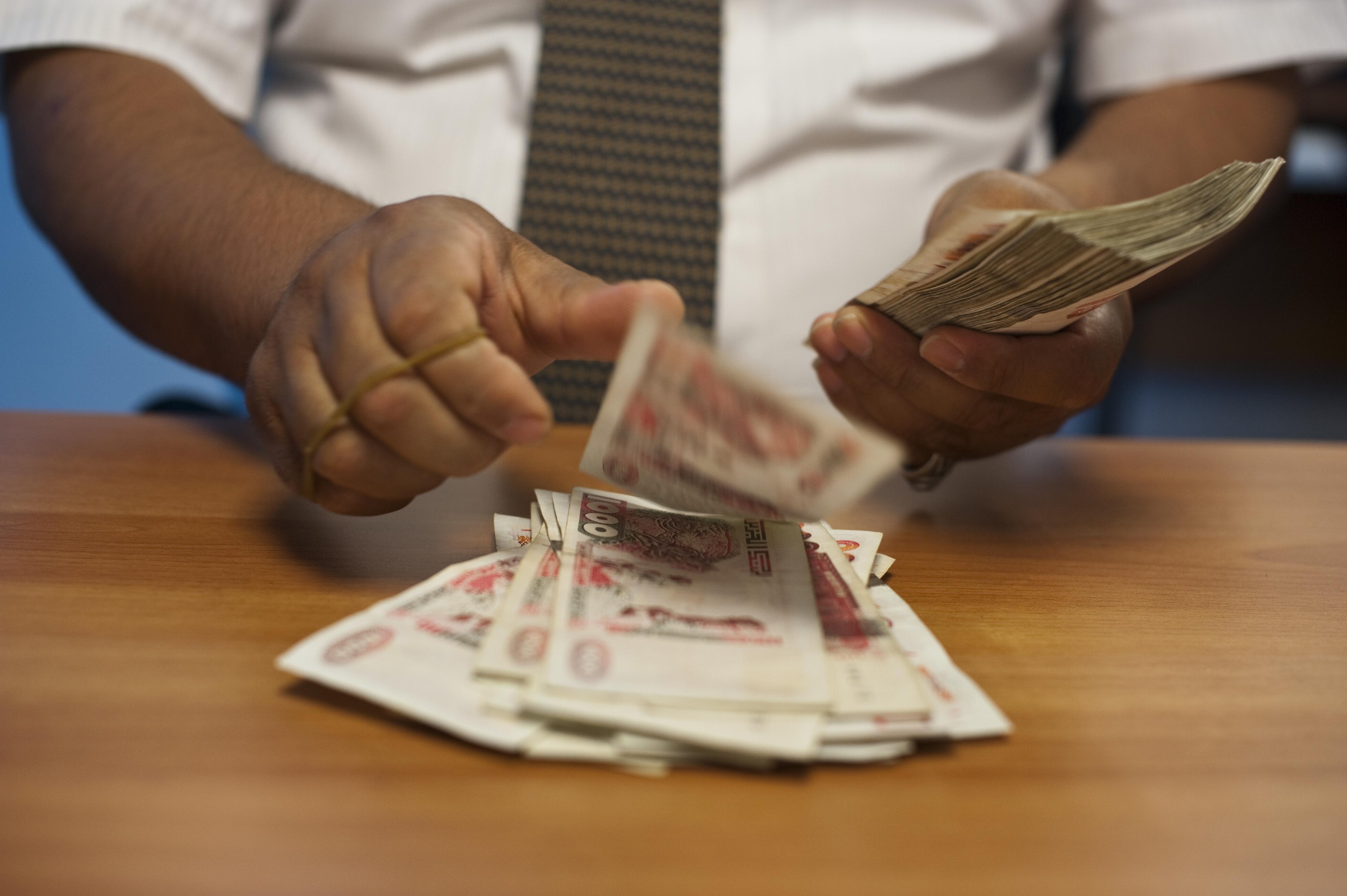 دينار الجزائر يتراجع لأدنى مستوى في 4 أشهر أمام اليورو والإسترليني