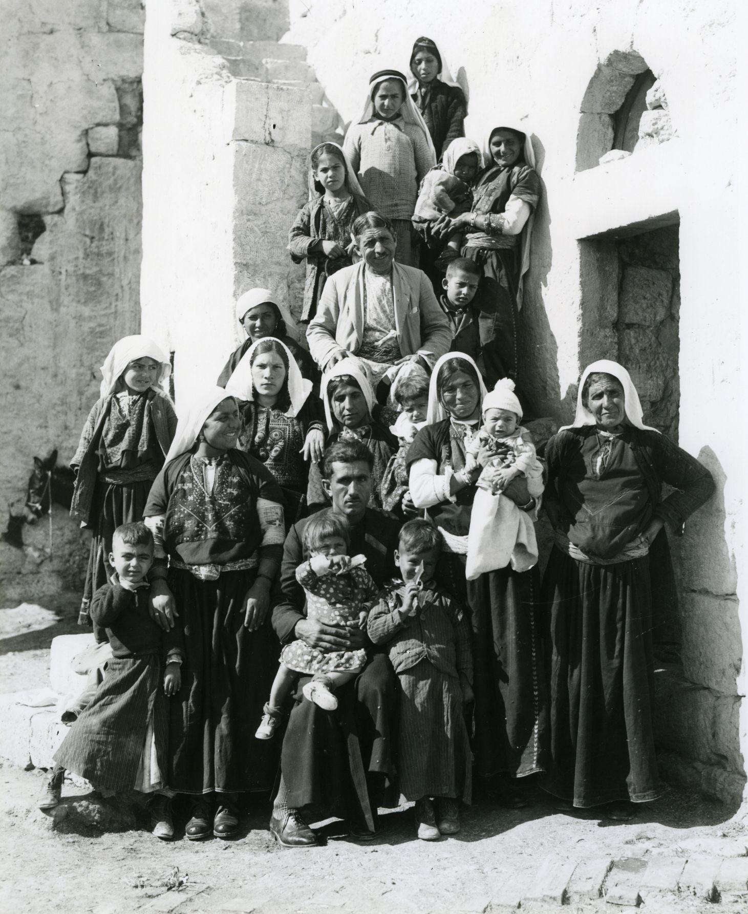 عائلة من منطقة بيت لحم 1930 (تصوير خليل رعد)