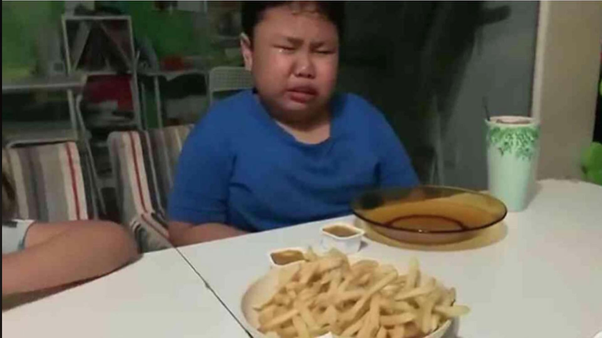 طفل مصاب بالتوحد يبكي بسبب وجبة ماكدونالدز ما القصة