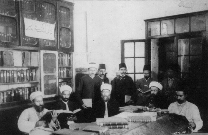 صورة من داخل المكتبة الخالدية التي اسسها الحاج راغب الخالدي(الثاني من اليمين)
