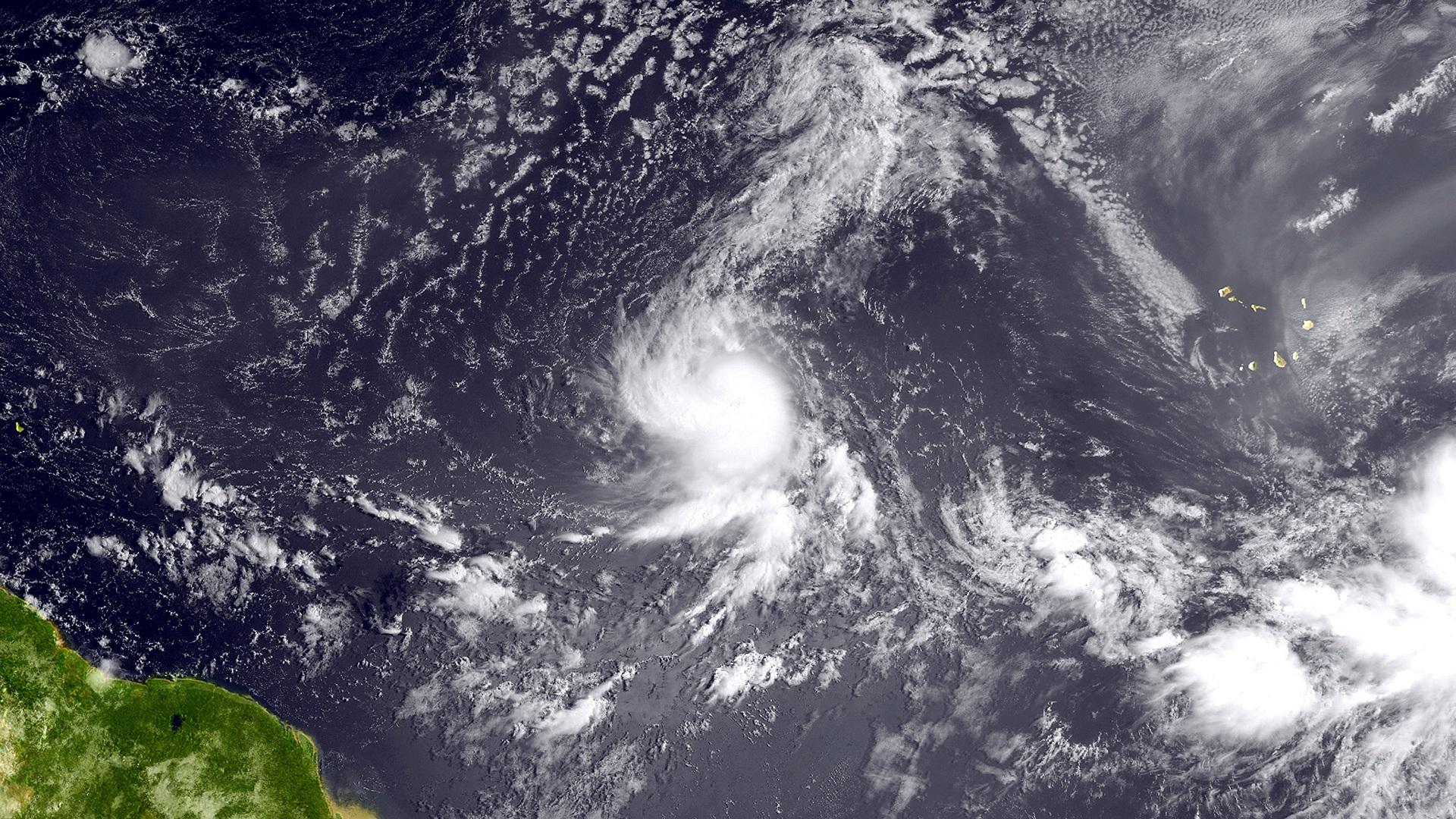 توقعات بتحول العاصفة لورينزو إلى إعصار فوق المحيط الأطلسي