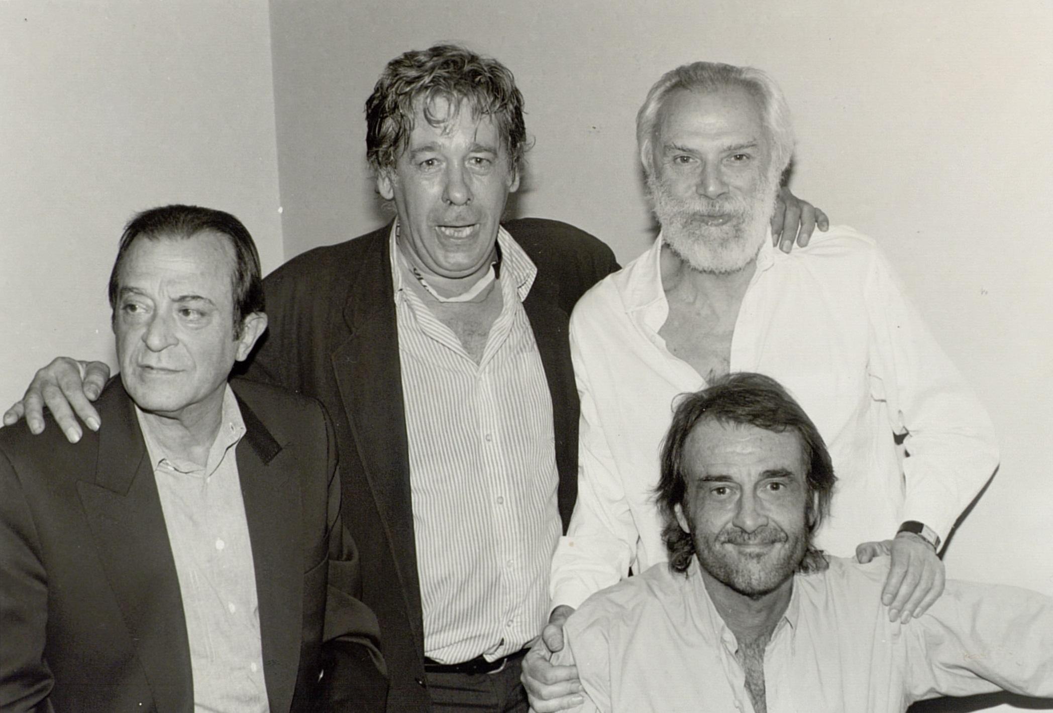 من اليسار إلى اليمين الشاعر الإسباني خوسيه غوتيسولو، باكو، الشاعر والمغني الفرنسي جورج موستاكي، المغني والشاعر الإسباني لويس آوت