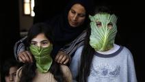 فلسطينية تحوّل الملفوف إلى أقنعة واقية لأولادها في غزة (فرانس برس)