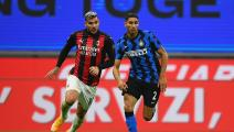 MILAN, ITALY - OCTOBER 17: Achraf Hakimi of FC Internazionale competes for the ball with Theo Hernandez of AC Milan during the Serie A match between FC Internazionale and AC Milan at Stadio Giuseppe Meazza on October 17, 2020 in Milan, Italy. (Photo by Claudio Villa - Inter/Inter via Getty Images)