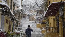 في منطقة بلاكا السياحية الشهيرة أثناء تساقط الثلوج بغزارة في أثينا اليوم.