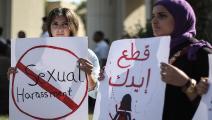 مصريات يحملن لافتات خلال احتجاج ضد التحرش الجنسي