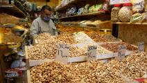 ينتظر الزبائن في ظل أزمة اقتصادية في العراق (يونس كيليس/ الأناضول)