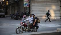 ملتزمان بالكمامة في إدلب (محمد الرفاعي/ Getty)