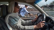 تقود سيارة أجرة في أفغانستان (وكيل كوسار/ فرانس برس)