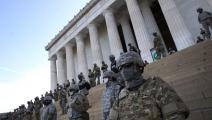 عسكر يحمون نُصب أبراهام لينكولن من المتظاهرين في واشنطن، حزيران/يونيو الماضي (Getty)