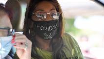 سيدة توزع الطعام المجاني في أحد أحياء لوس أنجليس الفقيرة