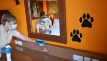موظفة تقوم بإجراءات النظافة الصحية بغرف فندق تشينغتون بلندن