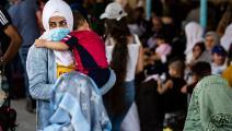 سوريون ينتظرون عند معبر سيمالكا الحدودي مع العراق بشمال شرق سورية (Getty)