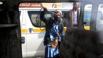 موظف يمني يعقم حافلة للنقل العام في العاصمة صنعاء (Getty)
