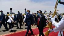 حمدوك خلال استقباله نظيره المصري