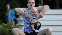 والد يلاعب طفله في روسيا (سيرغي بوبيلييف/ Getty)