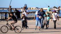 ليبيون على شاطئ طرابلس- فرانس برس