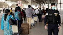 طابور من الوافدين المغادرين في مطار الكويت الدولي (فرانس برس)
