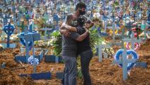 يبكون أحد ضحايا كورونا في البرازيل (أندريه كويلو/ Getty)
