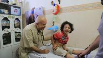 طبيب الغلابة في غزة - فلسطين (عبد الحكيم أبو رياش/العربي الجديد)