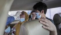 أخذ مسحات لمصريين داخل سياراتهم بمركز اختبار كورونا بجامعة عين شمس (Getty)