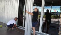 تدعيم الأبواب الزجاجية استعداداً لوصول الإعصار إلى سواحل فلوريدا (Getty)