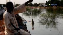 سودانيون يمارسون هواية الصيد على النيل رغم الفيضان (العربي الجديد)