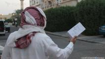 ينتظر من يشتري بضاعته (العربي الجديد)