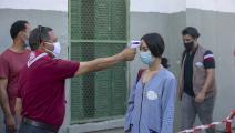 قياس الحرارة قبل الدخول إلى باحة المدرسة في تونس (ياسين قايدي/ الأناضول)