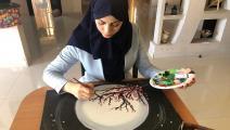 الصحافية خولة الخالدي تصنع لوحات تشكيلية (العربي الجديد)