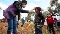 أحد المتطوعين في إدلب (عمر حاج قدور/ فرانس برس)