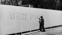 رجل أسود يمحو عبارة عنصرية، واشنطن 1969