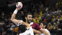 TOPSHOT - Qatar's Youssef Ali (C) vies with Egypt's Ibrahim El-Masry (L) during the IHF Men's World Championship 2019 Group D handball match between Qatar and Egypt at the Royal Arena in Copenhagen on January 13, 2019. (Photo by Jonathan NACKSTRAND / AFP) (Photo credit should read JONATHAN NACKSTRAND/AFP via Getty Images)