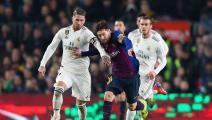 BARCELONA, SPAIN - FEBRUARY 06: Lionel Messi of FC Barcelona competes for the ball with Sergio Ramos of Real Madrid CF during the Copa del Semi Final first leg match between Barcelona and Real Madrid at Nou Camp on February 06, 2019 in Barcelona, Spain. (Photo by Angel Martinez/Getty Images)