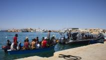 مهاجرون وصلوا إلى لامبيدوزا الإيطالية من تونس الشهر الماضي (لورينزو باليزولو/ Getty)