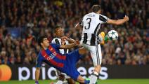 BARCELONA, SPAIN - APRIL 19: Luis Suarez of Barcelona attempts to volley the ball as Giorgio Chiellini of Juventus attempts to stop him during the UEFA Champions League Quarter Final second leg match between FC Barcelona and Juventus at Camp Nou on April 19, 2017 in Barcelona, Spain. (Photo by Matthias Hangst/Bongarts/Getty Images)