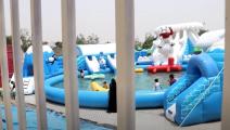 أطفال تعز يلعبون في الحديقة المائية