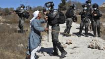الجيش الإسرائيلي والمستوطنون يمنعونه من دخول أرضه (عباس موماني/ فرانس برس)