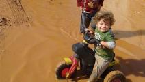 تعاني مخيمات النازحين السوريين في كل شتاء من الأوحال (فيسبوك)