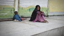الظروف المعيشية الصعبة أجبرتها على التسول (بهروز مهري/ فرانس برس)