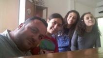 مع بناته الثلاث (العربي الجديد)