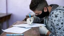 تلميذ سوري خلال إجرائه الامتحانات (كرم المصري/ Getty)