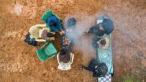 سوريون لم يجدوا إلا التدفئة على الحطب (الأناضول)