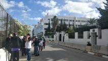 جزائريون عالقون في تونس يحتجون أمام سفارة بلادهم (فيسبوك)