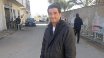 كريم يجرب حفرة بعد تثبيت ابتكاره فيها (العربي الجديد)