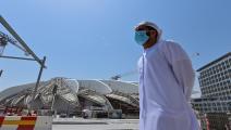 إماراتي يقف في موقع معرض إكسبو 2020 دبي الذي تقرر تأجيله للعام المقبل/ فرانس برس