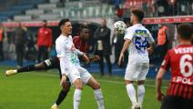 RIZE, TURKEY - DECEMBER 15: Mithat Pala (R) of Caykur Rizespor in action during the Ziraat Turkish Cup fifth round match between Caykur Rizespor and Eskisehirspor at Caykur Didi Stadium in Rize, Turkey on December 15, 2020. (Photo by Fikret Delal/Anadolu Agency via Getty Images)