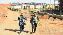 عمال مصريون في موقع بناء بالعاصمة الإدارية الجديدة لمصر التي تضم مجمعات سكنية وحكومية فرانس برس